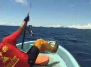 la ligne du pêcheur en jigging casse, le gars tombe à la renverse