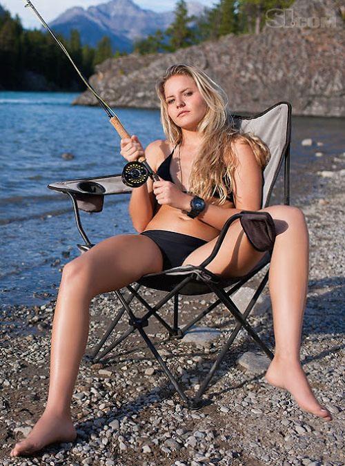 une femme pêche à l'ouverture de la truite