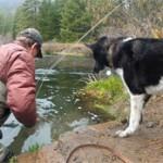 à la pêche avec son chien