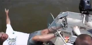 pêcheur tombe à l'eau