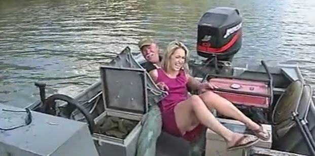 reporter blonde chute sur un bateau après avoir été effrayée par un poisson