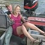 Une blonde effrayée par un poisson