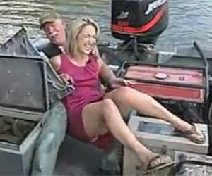 blonde tombe dans un bateau