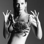 La fille de Mick Jagger pose nue sur un thon