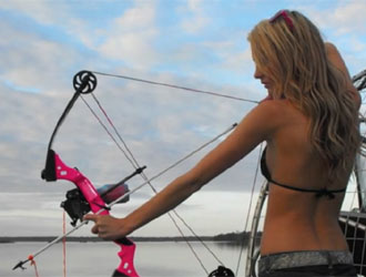 jolie pêcheuse à l'arc
