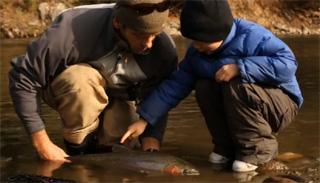 père et fils pêchent truite