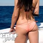 Une fille qui pêche un barracuda