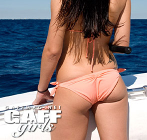 femme qui pêche le barracuda en bateau