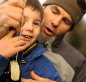 un enfant pêche avec son père