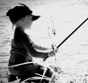 enfant mignon qui pêche