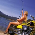 Une motarde à la pêche