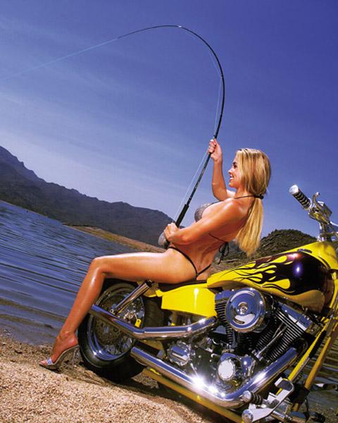 femme à moto qui pêche