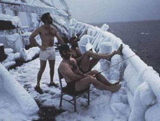 pêcheurs en maillot de bain sur la neige