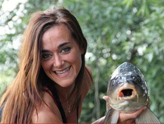 femme pêche carpe