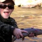 Des enfants qui pêchent à la mouche