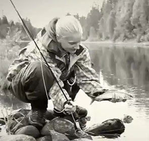 une jolie pêcheuse blonde en Suède