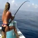 femme blonde qui pêche à bord d'un bateau