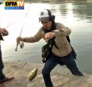 street-fishing à Paris, pour BFM TV. Le pêcheur a pris une jolie perche.