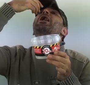 il mange des bouillettes à carpe pour une pub pecheur.com