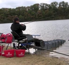 un pêcheur pendant le championnat de pêche à la plombée