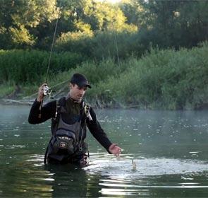 un pêcheur à l'ultra léger, super vidéo de pêche
