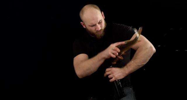 un polonais ouvre une bière à l'aide d'un poisson