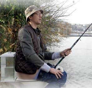 un pêcheur qui fait la grosse commission tout en pêchant