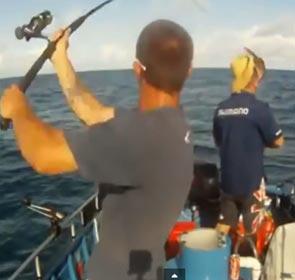 pêcheur arrache le chapeau de son copain en lançant sa ligne