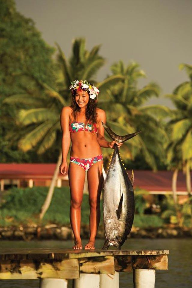 photo d'une jolie tahitienne tenant en main un gros thon