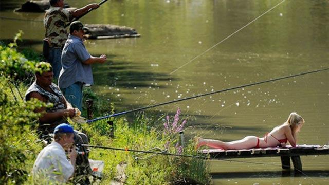 des pecheurs en France sur une rivière et une femme qui bronze