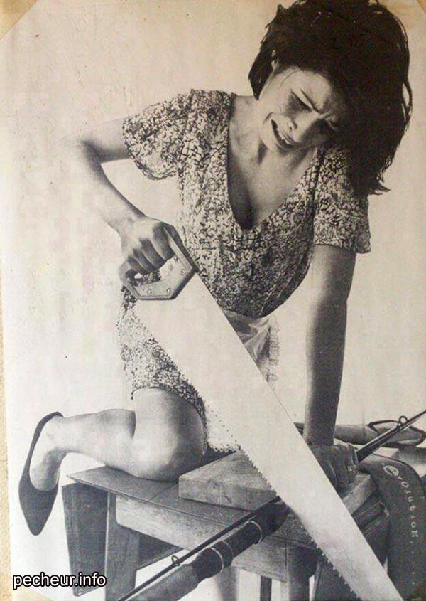 femme scie à la main coupe en deux une canne a peche