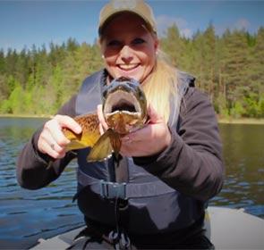 une jolie pêcheuse blonde et une truite fario