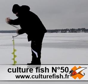 un mec fait un trou pour ice fishing
