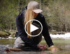 pêcheuse blonde relâche une truite